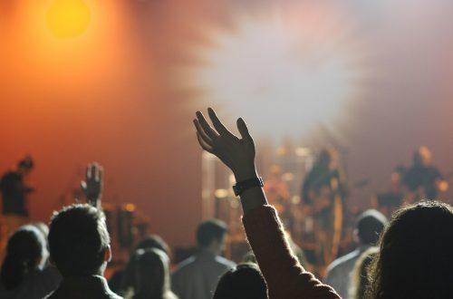 hænder ved en koncert