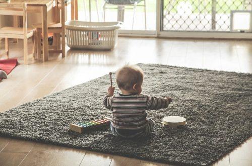 Baby med musikinstrumenter